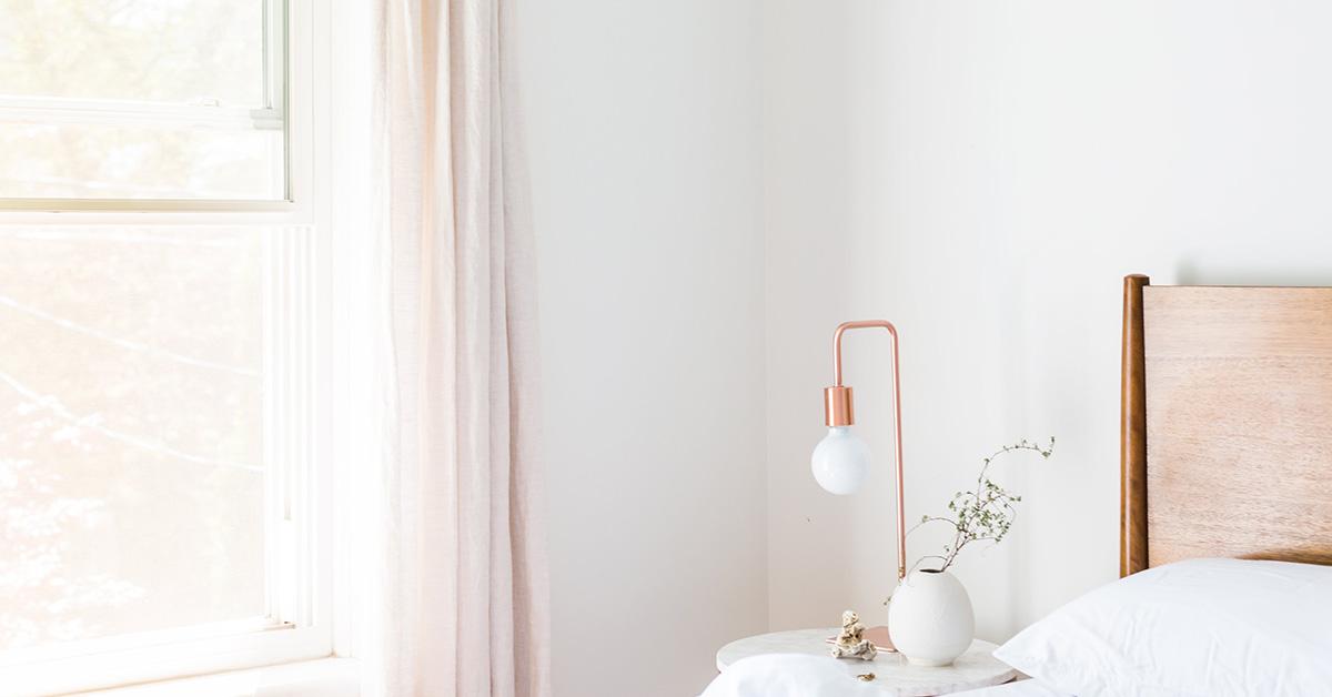 spalna v minimalistickom style so zaclonami