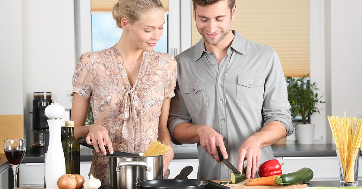 zena a muz spolocne varia obed