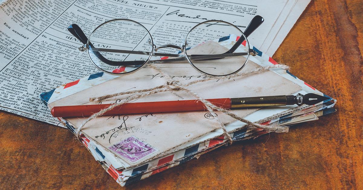 okuliare posta noviny a okuliare na stole