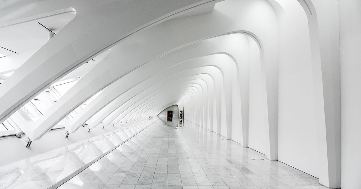 biela priemyselna podlaha vo velkom obchodnom centre