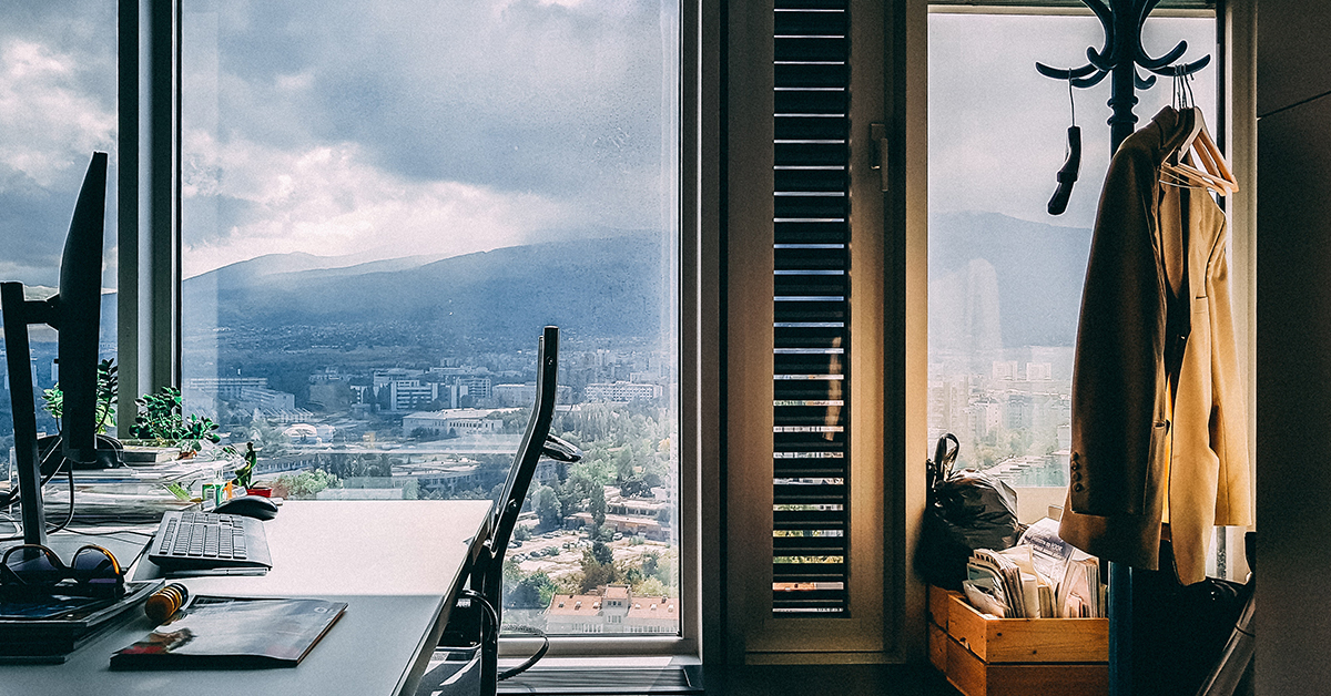 ciste okno s vyhladom na hory