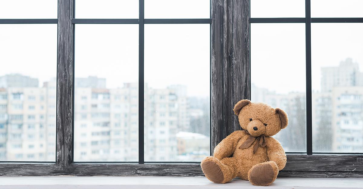 plysovy medved na cistej parapete pri oknach