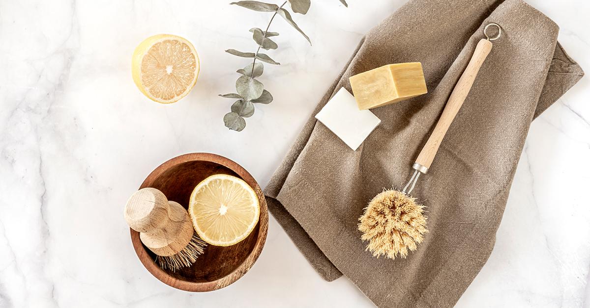 miska s kefkou a citronom vedla utierky s kefkou a ekologickym mydlom